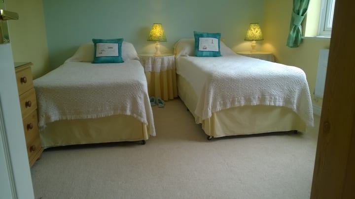 Lincs. Twin beds - private shower room -Holbeach