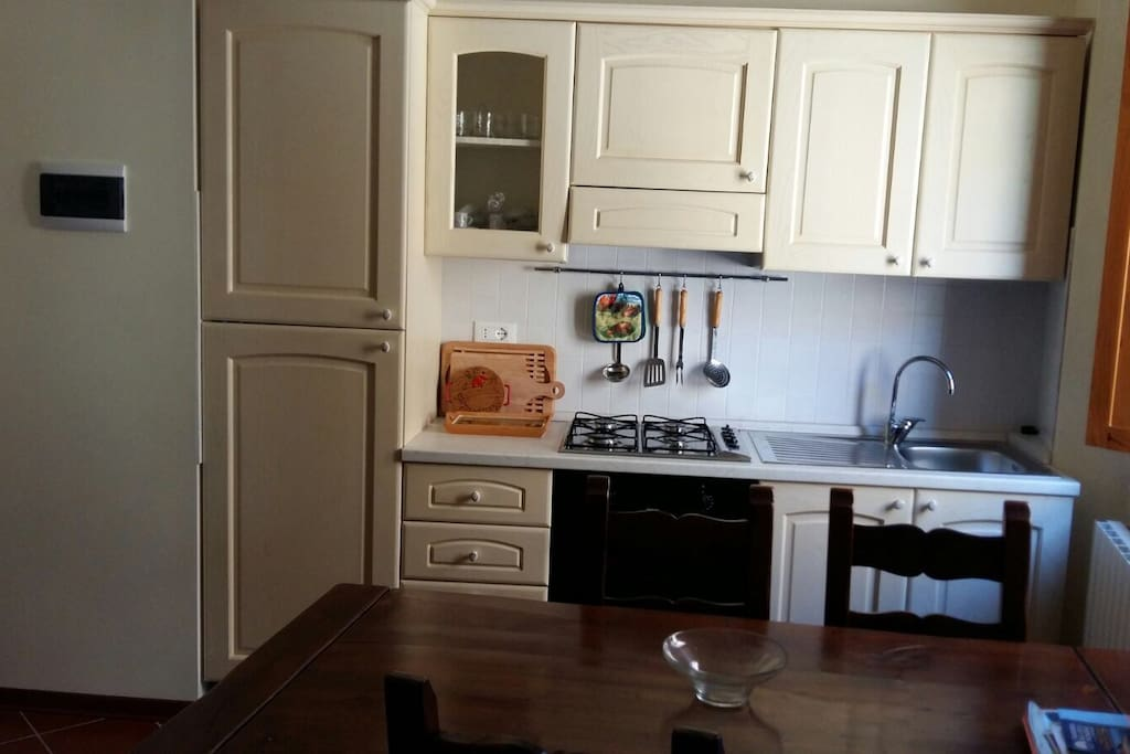 cucina + tavolo + divano + camino