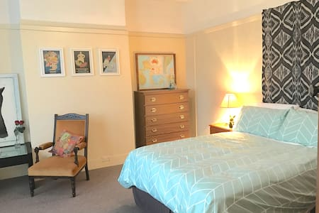 Large, Private Room with Sitting Area - Mowbray
