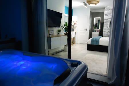 studio avec jacuzzi et piscine chauffée privatifs