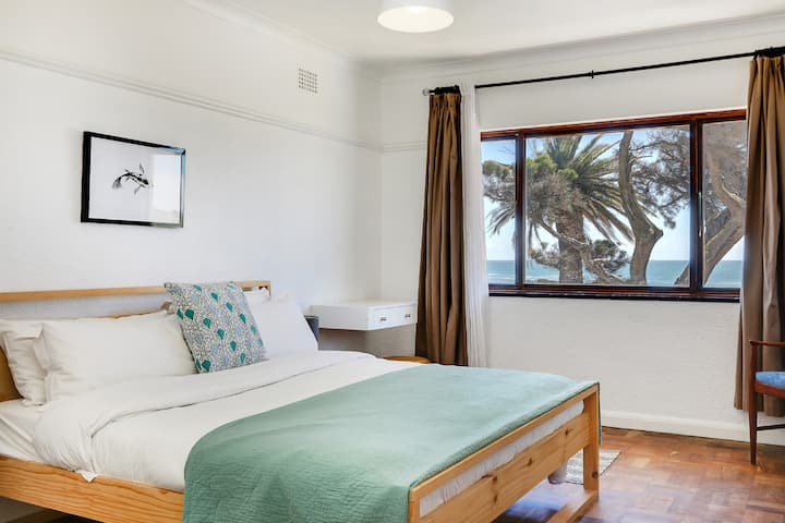 Beachfront Apartment in Camps Bay - 2 Bedrooms