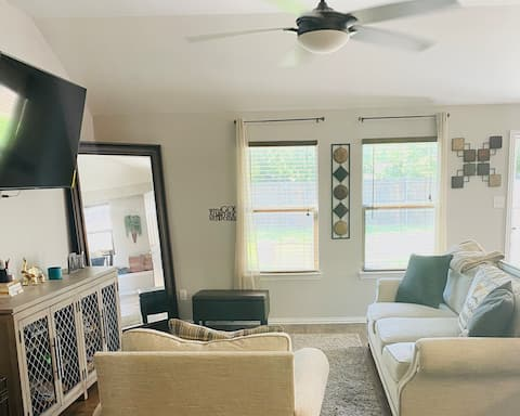 Beautiful 2 bedroom home in DFW residential area
