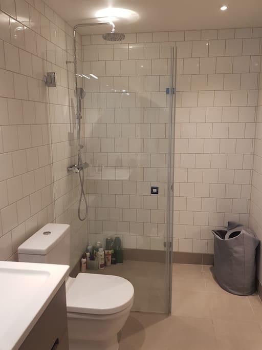 Big bathroom/Shower