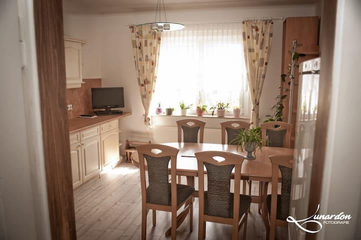 Küche mit Esstisch und 6 Stühlen