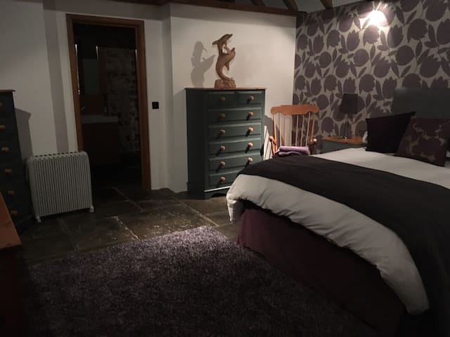 Spacious double room in countryside setting - East Sussex - Casa