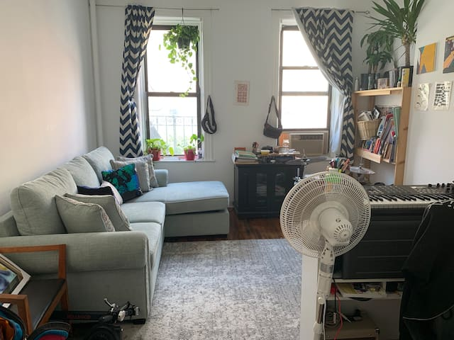Cozy Loft Bedroom 30 mins from Midtown =]