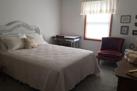 Stillwell Farms Inn - Private Bedroom - Lawrence - Bonner Springs - Ev
