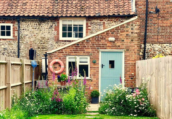 Romantic boutique cottage, nr Wells, dog friendly.