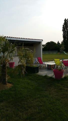 Villa contemporaine avec piscine  - Bretx - House