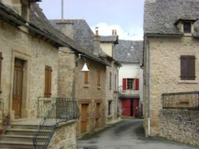 maison de village au calme - Roussennac - House