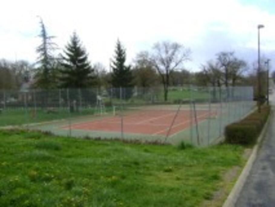 terrain de tennis a 50 m de la maison