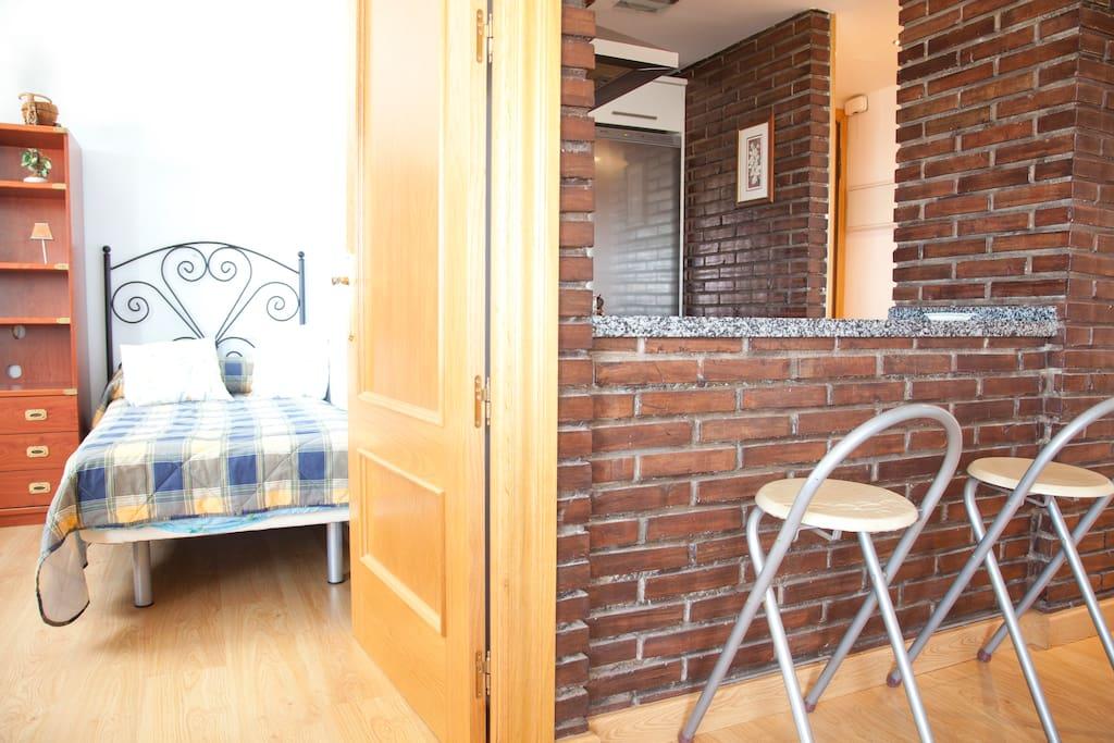 Puertas de madera en toda la casa y ladrillo visto en la cocina
