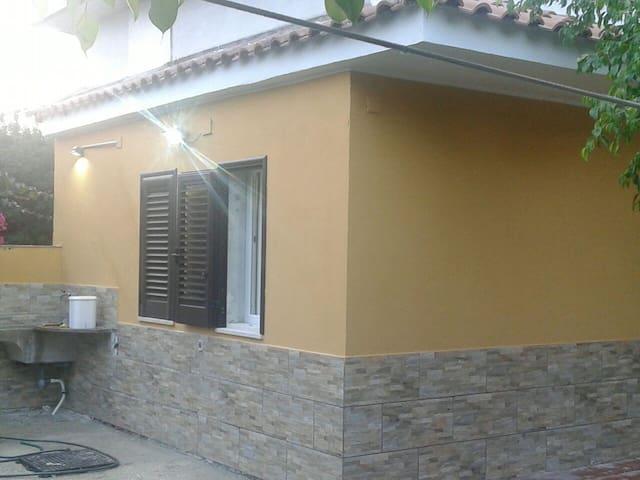 Monolocale indipendente in villa - fontane bianche - Pis