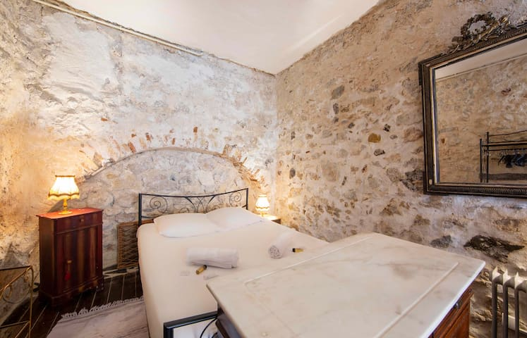 Atypical one bedroom apartment in the center of Antibes