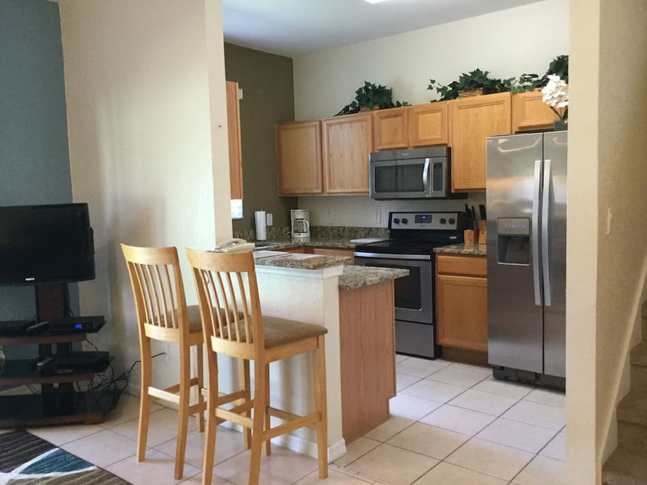 Full Updated Kitchen. Toaster, Coffee machine, Microwave, Full sized Stove and Oven, Ice Maker in the Fridge. Full silverware, Pots, pans, everything you need.
