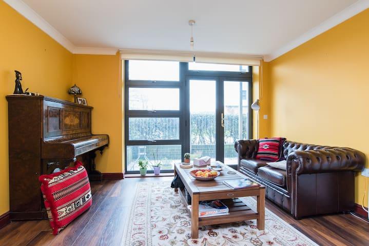 Canalside Double Room & En Suite in Zone 2 Flat