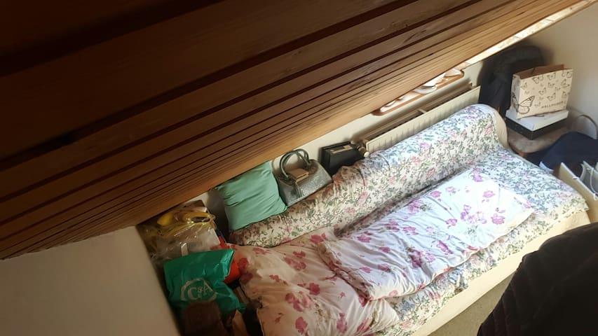 Kuscheliges Dachgeschosszimmer auf dem Land