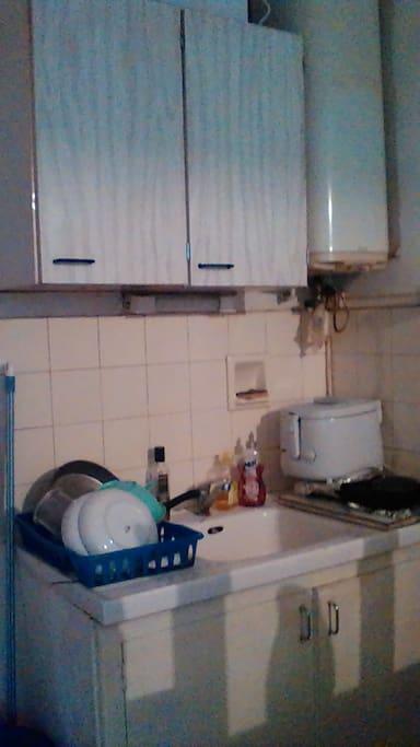 2plaque chauffante .vaisselle et couvert à diqposition