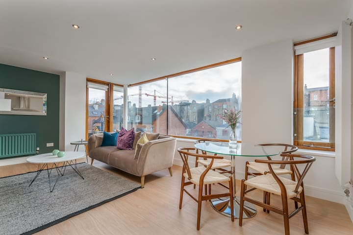 Stunning Central bright modern 2 bed with balcony