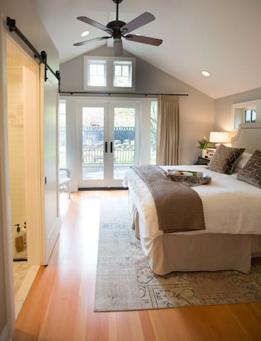 Downstairs master suite - king bed