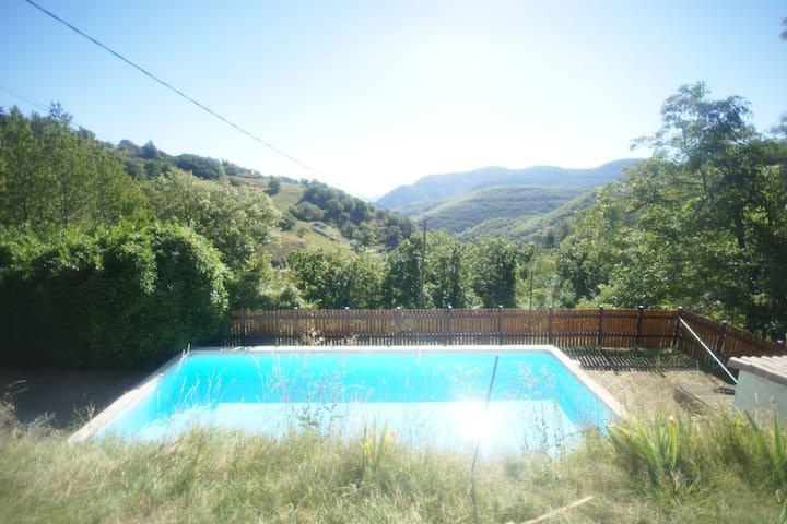 Cómoda casa de vacaciones en Pourchères con Piscina