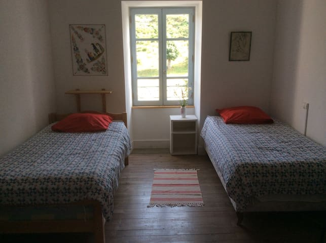 Simple but comfy room for 1 or 2 - Langogne