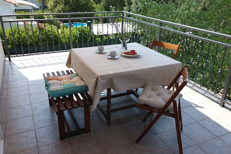 Lovely apartment with terrace and sea view - Pinezici - Apartamento