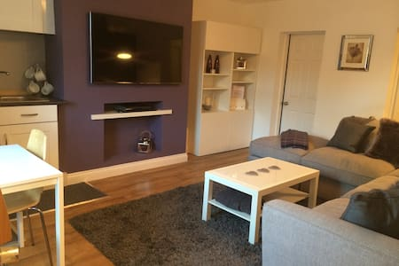 Clean, modern 1 bedroom apartment. - Birkenshaw - Ház