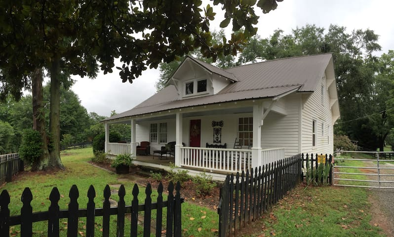 Quaint Farmhouse on 40 Acres - Gainesville - House