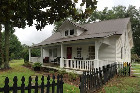 Quaint Farmhouse on 40 Acres - Gainesville