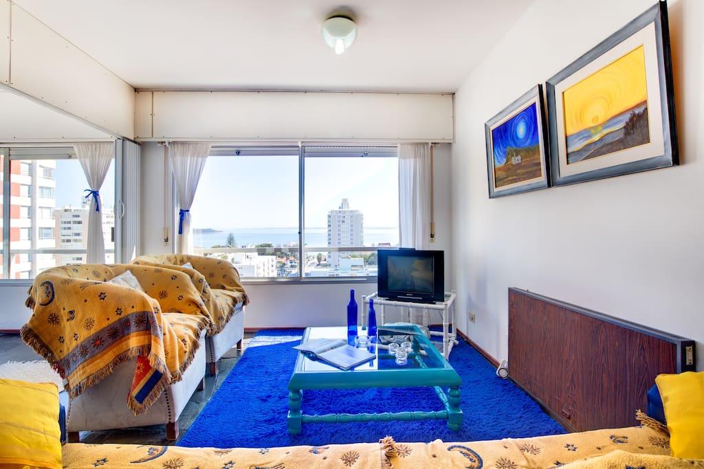 Sala del apartamento con vista plena al mar. Punta del Este