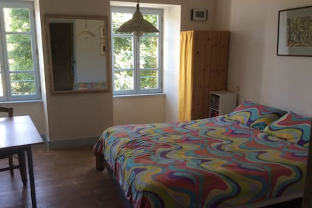 Lovely king sized bed in large room - Langogne - Bed & Breakfast