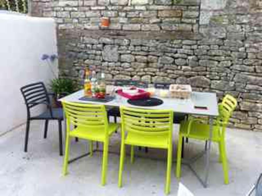 Petite terrasse sympa attenante à la partie moderne et à l'abri des regards