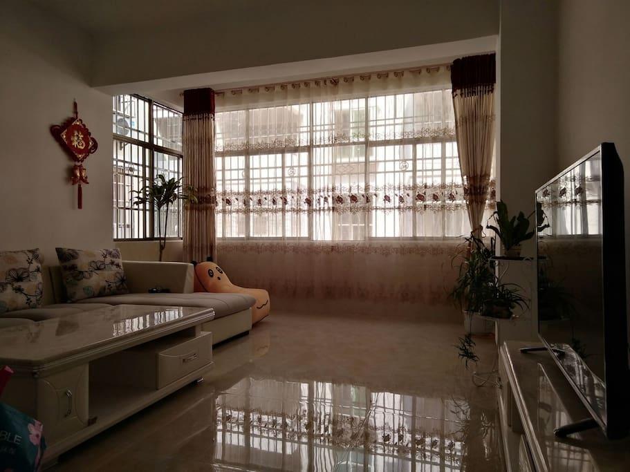 客厅全景,愜意而清凉,午后安然小憩
