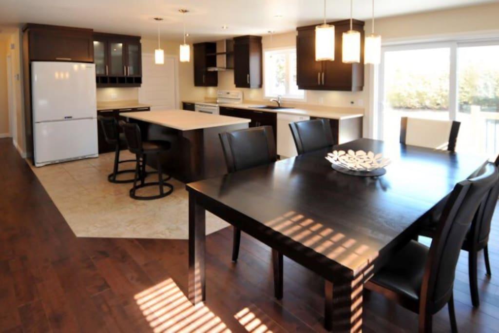 Grande cuisine avec îlot et salle à manger