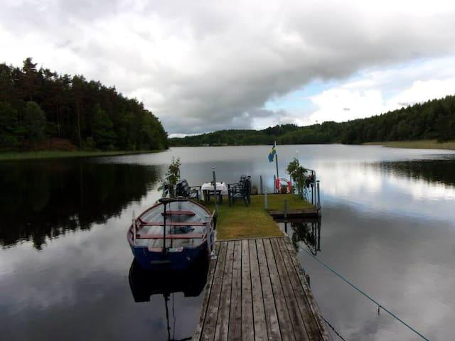 NATURSKÖNA och LUGNA SJÖUDDEN - Valinge - Hus
