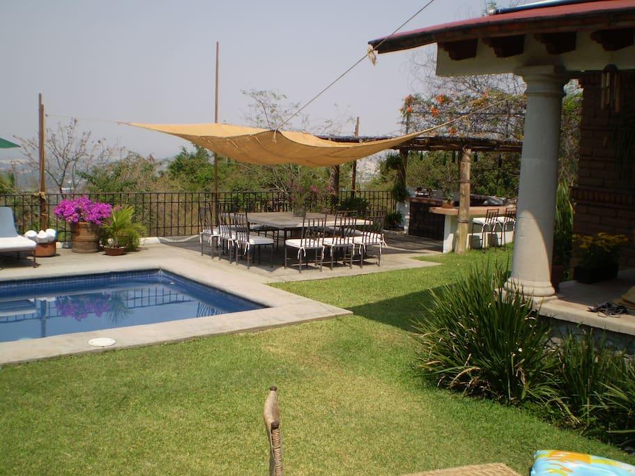 Jardín, alberca y asador