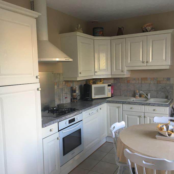 Cuisine toute équipée  Four, micro onde, machine à café, bouilloire, lave vaisselle, vaisselles, casseroles, poêles ..