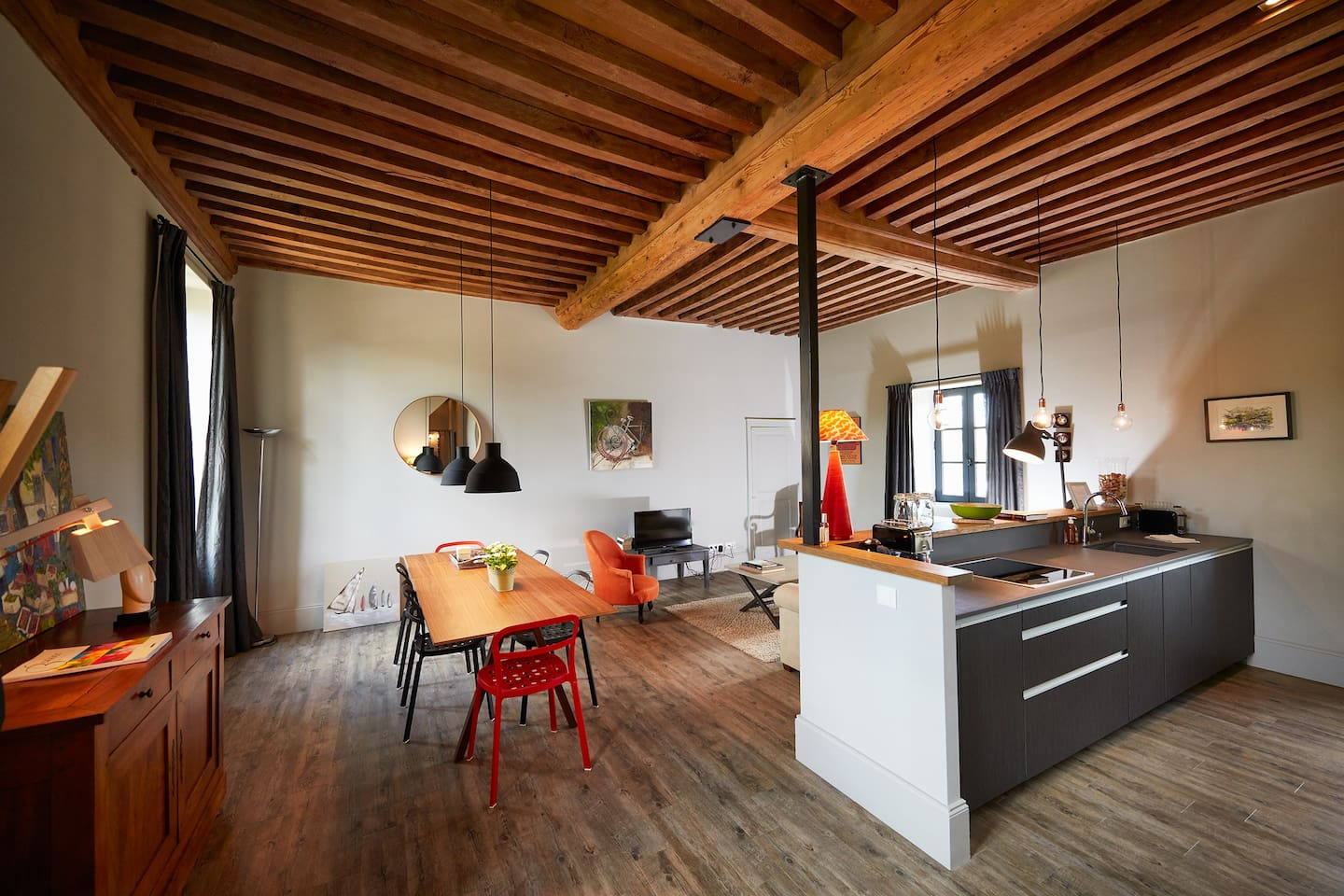 Large living room, open plan kitchen, wood beams ceiling, sitting area, large dining table for 8 persons