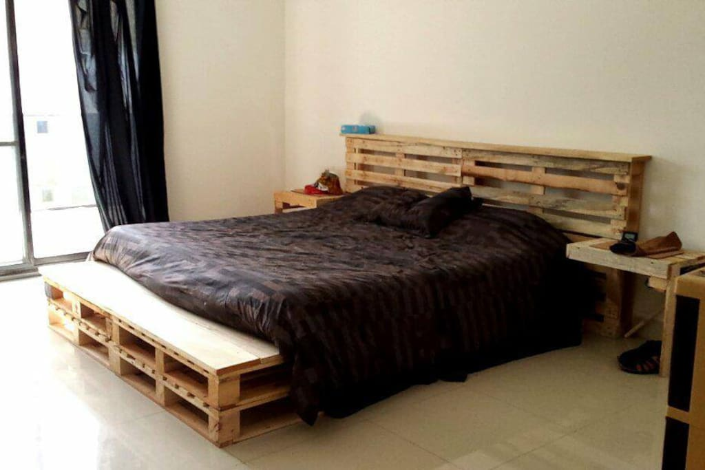 Chambre à coucher avec armoire