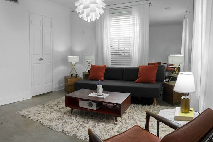 Modern & Secure 1BR Heart of Uptown - New Orleans - Condominium