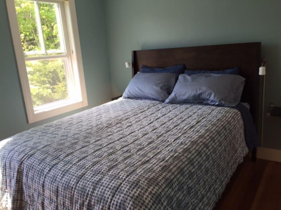 Bedroom w/ queen sized bed