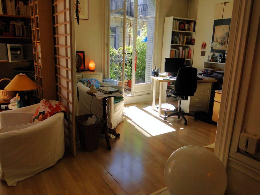 Autre vue du salon, séparé de la 1ère pièce par des cloisons japonaises amovibles