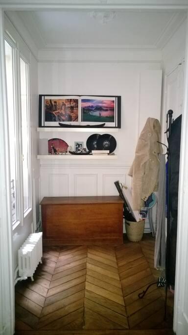 Charme parisien avec parquet ancien et moulures