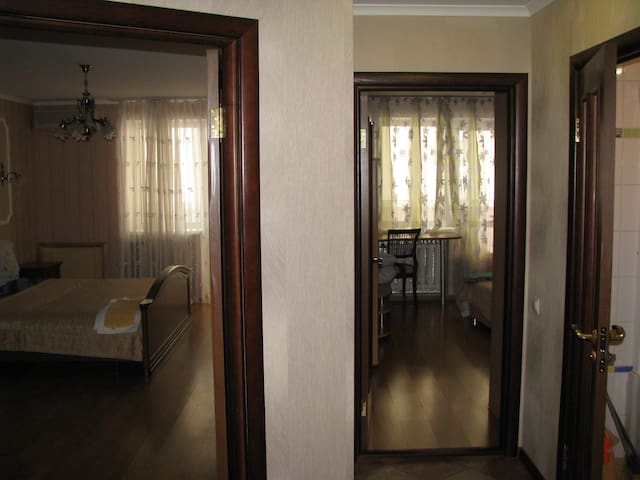 Холл: вход в спальню-1, спальню-2 и санузел-1