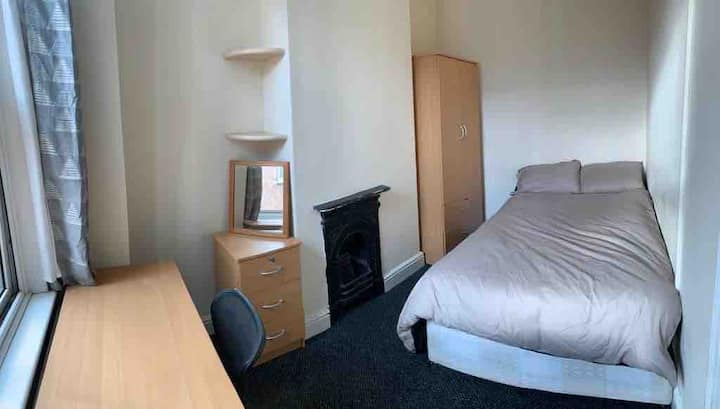Spacious 5 bedroom - Leicester