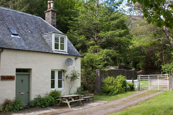 Cosy cottage in mountain scenery - Strathcarron - House