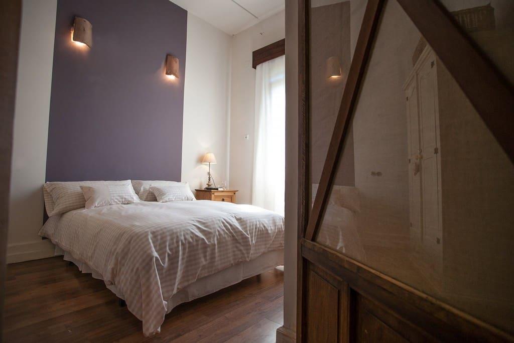 El apacible dormitorio es muy luminoso y amplio.