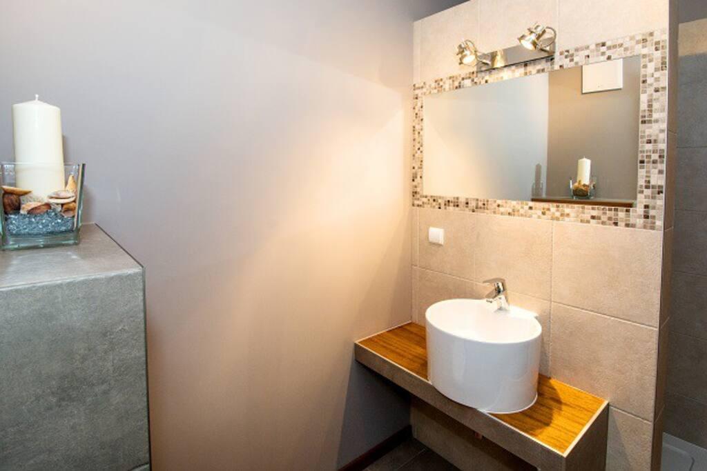 Duża łazienka z prysznicem