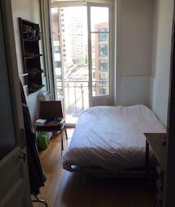 Chambre cosy avec grand lit